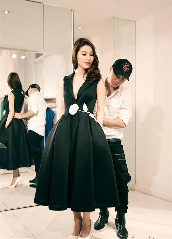Bộ váy đen được tạo phom khá độc đáo của nhà thiết kế Đỗ Mạnh Cường giúp Diễm My trông sang trọng, quý phái hơn hẳn. Đây là thiết kế nằm trong bộ sưu tập La Vie En Rose được trình làng trên đất Mỹ của nhà thiết kế 8xvào tháng 6/2015.