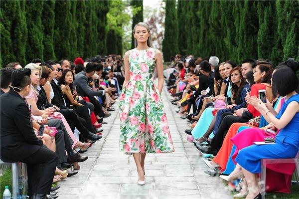 Dáng váy xòe cổ điển với những họa tiết hoa hồng ngọt ngào, trẻ trung, tươi tắn.