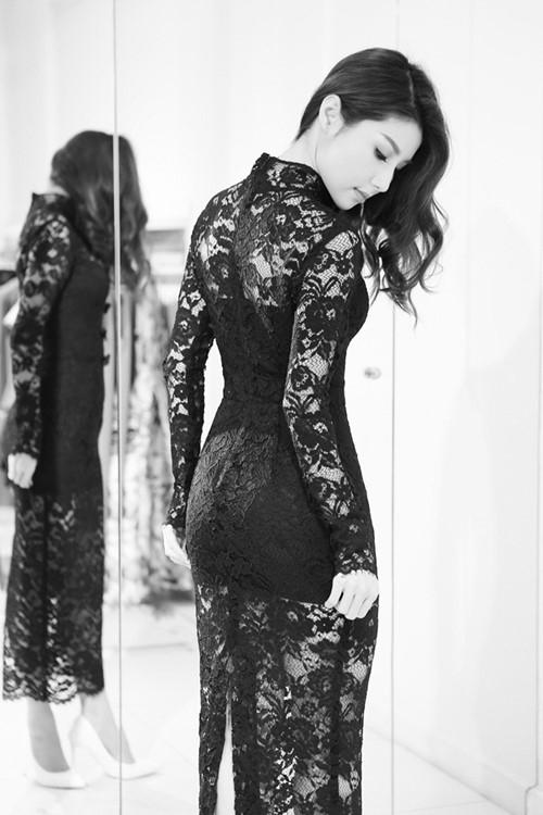 Nữ diễn viên khoe khéo hình thể bốc lửa trong dáng váy ôm sát trên nền chất liệu ren xuyên thấu mỏng tang.