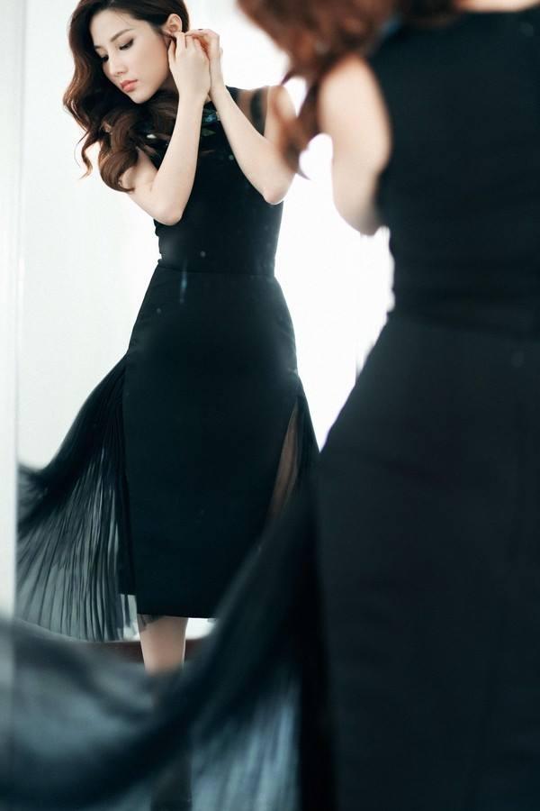 Phần voan lụa mỏng manh giúp chiếc váy đen ôm sát trở nên bồng bềnh, gợi cảm hơn hẳn. Gu thời trang của Diễm My trên màn ảnh tạo nên điểm cộng lớn cho bộ phim này.