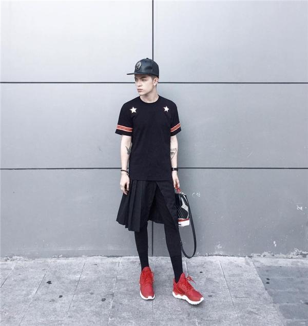 Chàng stylist danh tiếng từng cho biết rất khó khăn để tìm một món đồ nào đó có màu sắc ngoài trắng, đen trong tủ đồ. Với hai tông màu này dù diện những trang phục có hơi hướng điệu đà, nữ tính, Kelbin Lei vẫn cực kì thu hút, mạnh mẽ.