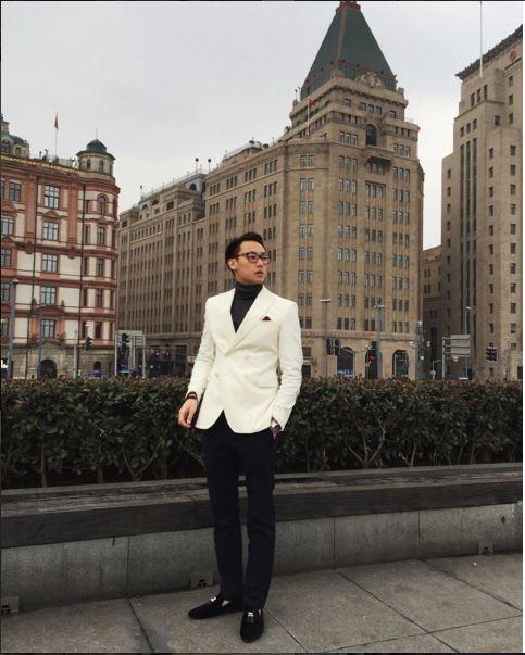 Mặc dù sinh năm 1993, còn khá trẻ nhưng Rocker Nguyễn lại nhanh chóng khẳng định được phong cách của mình với sự chỉn chu, lịch lãm khi diện những bộ vest cổ điển.