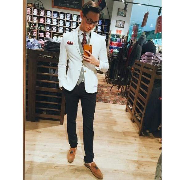 """Chàng trai này đã giúp khái niệm mặc vest trở nên """"dễ thở"""" hơn với phái mạnh. Chỉ cần một chút tinh tế vẫn đủ giúp bạn trở thành tâm điểm của đám đông."""