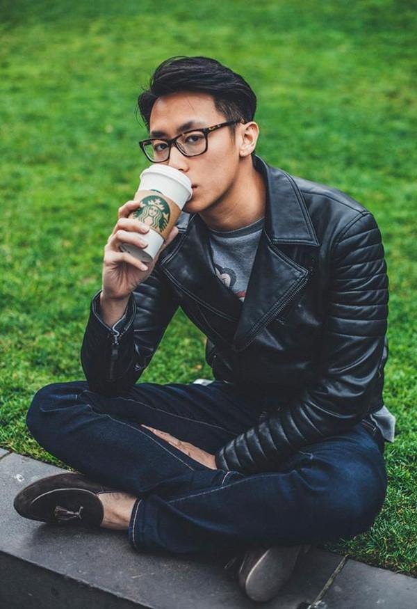 Phần lớn cũng vô cùng yêu thích hình ảnh của Rocker Nguyễn khi diện quần jeans, áo phông hay áo khoác da. Trái với vẻ ngoài thường thấy, Rocker Nguyễn trở nên năng động, trẻ trung hơn. Với định hướng phong cách rõ nét, Rocker Nguyễn xứng đáng là một fashion icon để các chàng trai học hỏi.