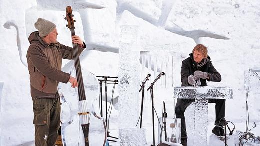 Đây là lễ hội nhạc duy nhất trên thế giới, nơi mà các nghệ nhân và nhạc sĩ khéo léo tạo ra những nhạc cụ từ băng trong hồ.