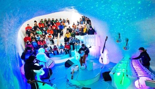Lễ hội độc đáo này vẫn luôn thu hút khán giả từ khắpnơi trên thế giới tới tham dự cho dù phải thưởng thức trong điều kiện nhiệt độ xấp xỉ 0 độ C.