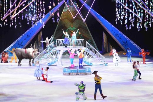 Không chỉ có những em nhỏ mà ngay cả người lớn cũng dễ dàng bị lôi cuốn vào những câu chuyện trong Disney On Ice presents Magical Ice Festival.