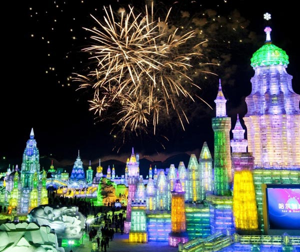 Lễ hội băng đăng tại Cáp Nhĩ Tân mang đến một thế giới băng đá rực rỡ màu sắc.