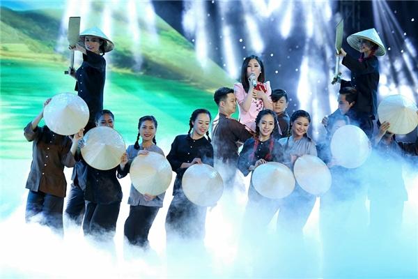 Hương Tràm biểu diễn ca khúc Quảng Bình quê ta ơicủa nhạc sĩ Hoàng Vân. - Tin sao Viet - Tin tuc sao Viet - Scandal sao Viet - Tin tuc cua Sao - Tin cua Sao
