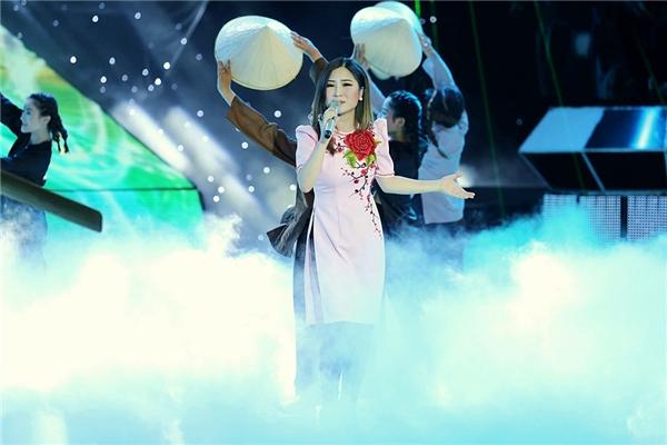 Hương Tràm mạnh tay mang tiết mục múa rồng lên sân khấu - Tin sao Viet - Tin tuc sao Viet - Scandal sao Viet - Tin tuc cua Sao - Tin cua Sao