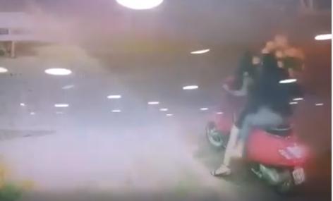 Ngay sau khi ăn trộm, hai người phóng với tốc độ nhanh để trốn thoát