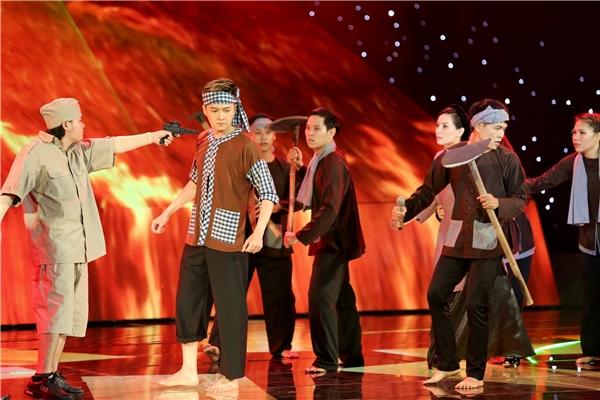 """Nhạc đột ngột chuyển từ du dương sang hào hùng khi dàn vũ công """"thực dân"""" xâm chiếm sân khấu. - Tin sao Viet - Tin tuc sao Viet - Scandal sao Viet - Tin tuc cua Sao - Tin cua Sao"""