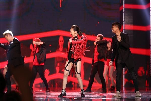 """Sử dụng phông nền đồng điệu với màu đỏ nổi bật của trang phục, Tóc Tiên đã thể hiện đúng chất một """"party girl"""" trong ca khúc đoạt giải. - Tin sao Viet - Tin tuc sao Viet - Scandal sao Viet - Tin tuc cua Sao - Tin cua Sao"""