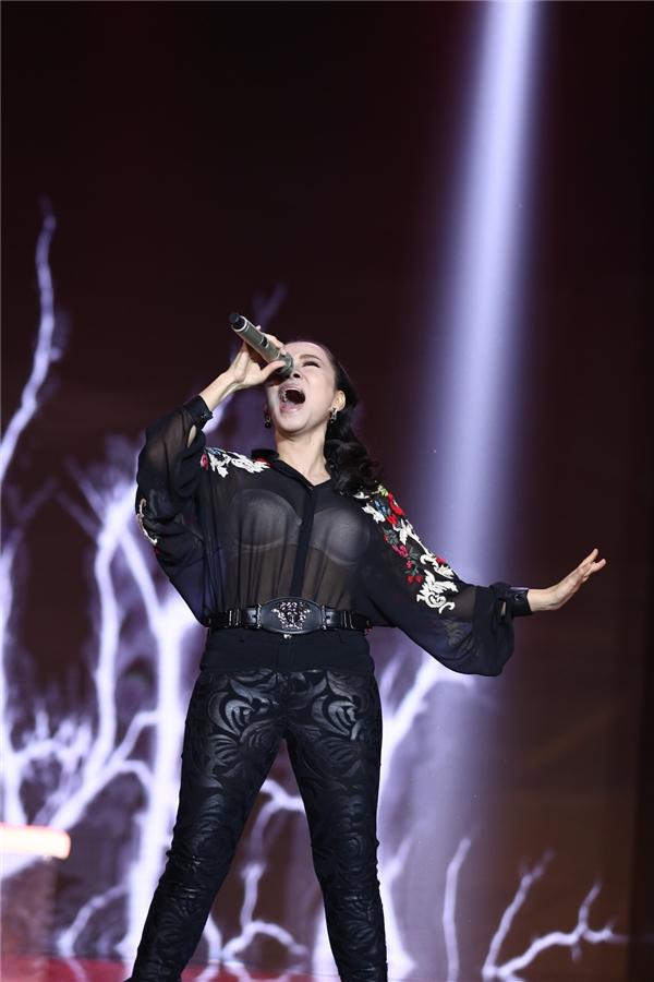 """Sự nhiệt huyết và bùng nổ của nữ ca sĩ khiến khán giả """"đứng ngồi không yên"""". - Tin sao Viet - Tin tuc sao Viet - Scandal sao Viet - Tin tuc cua Sao - Tin cua Sao"""