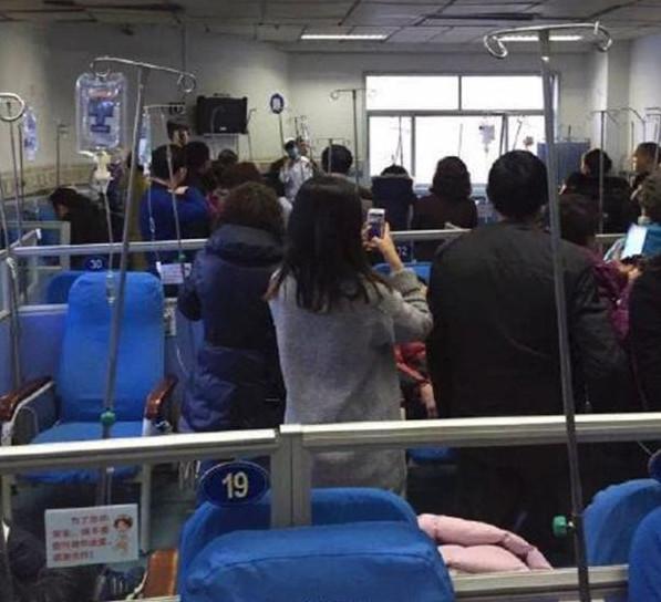 Nhiều người vô tư chụp ảnh mặc cho bệnh nhân hoảng loạnkhống chế nữ y tá tại phòng truyền nước Bệnh viện Nhân dân Giang Tô (Nguồn: Internet)