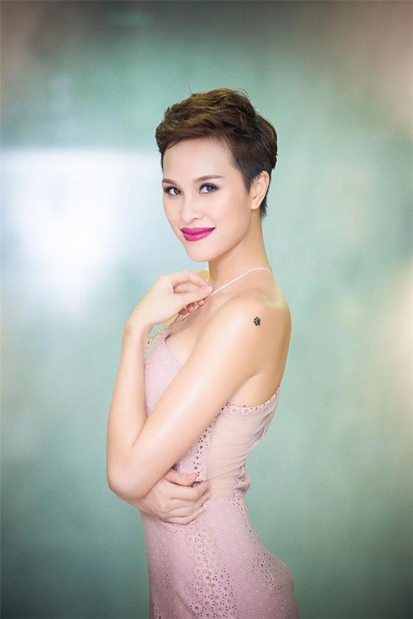 Đôi vai của MC Phương Mai có thêm điểm nhấn là hình xăm nhỏ xinh - Tin sao Viet - Tin tuc sao Viet - Scandal sao Viet - Tin tuc cua Sao - Tin cua Sao