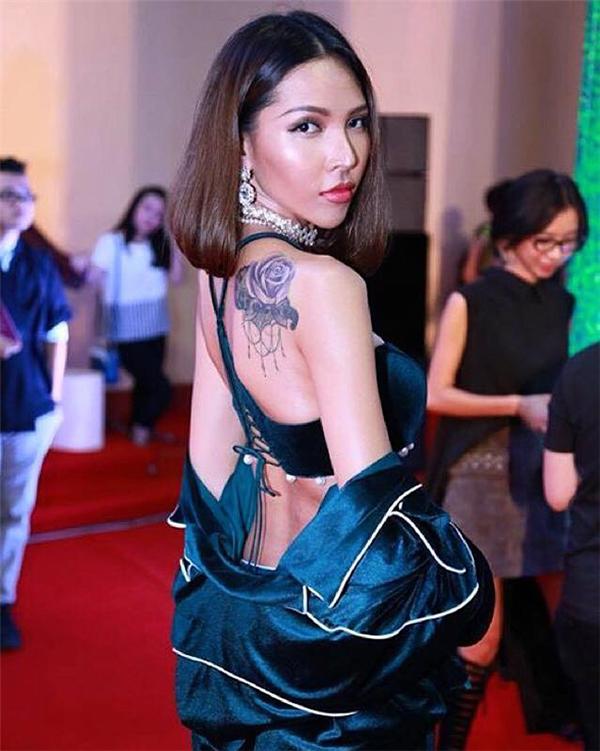Trong một sự kiện, chân dài sinh năm 1988 buông hờ áo đểkhoe hình xăm to sau lưng - Tin sao Viet - Tin tuc sao Viet - Scandal sao Viet - Tin tuc cua Sao - Tin cua Sao