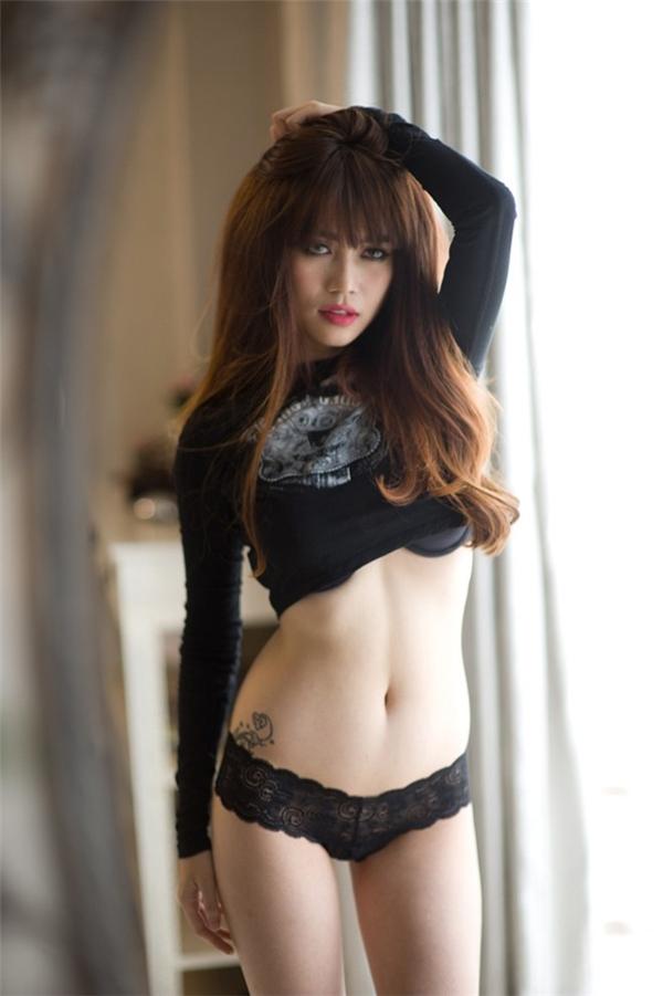 Người hâm mộ có thể nhìn rõ hình xăm nằm ở khu vực khá kín đáo này khi cô nàng chụp ảnh với đồ lót và bikini - Tin sao Viet - Tin tuc sao Viet - Scandal sao Viet - Tin tuc cua Sao - Tin cua Sao
