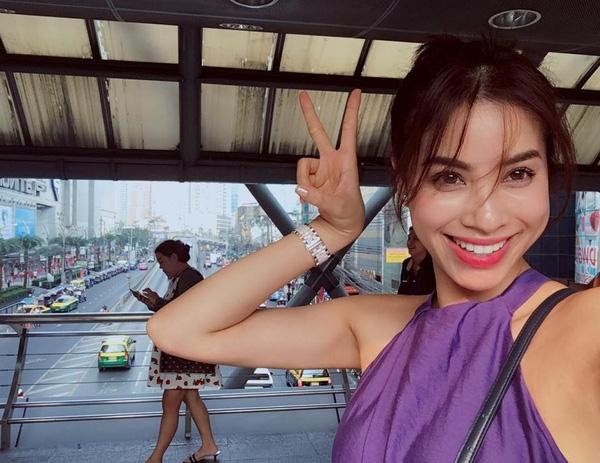 Kiểu tóc mới của Phạm Hương với vài sợi lưa thưa dài qua mắt. Kiểu tóc giúp nàng Hoa hậu như trẻ trung hơn hẳn tuổi thực.