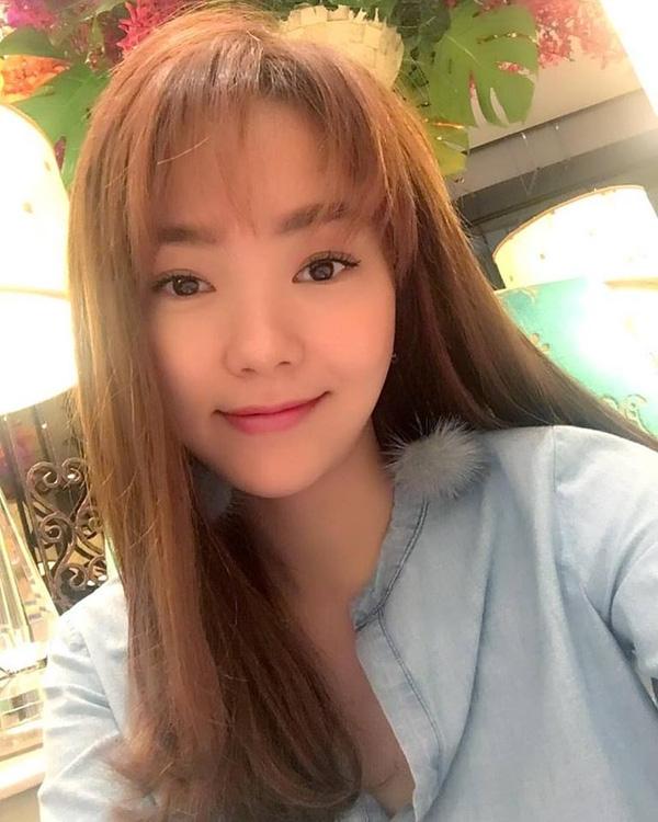 Kết hợp cùng mái tóc dài suôn thẳng giúp gương mặt của Minh Hằng vô cùng duyên dáng, nữ tính.