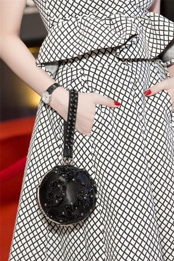 Những đường kẻ đan chéo tạo nên hiệu ứng thị giác bắt mắt cho bộ váy nhẹ nhàng. Ngọc Trinh kết hợp bộ trang phục cùng clutch hình cầu lạ mắt. Dù chỉ xuất hiện với vai trò khách mời nhưng sức hút của Ngọc Trinh vẫn không hề kém cạnh những nhân vật chính của bộ phim.