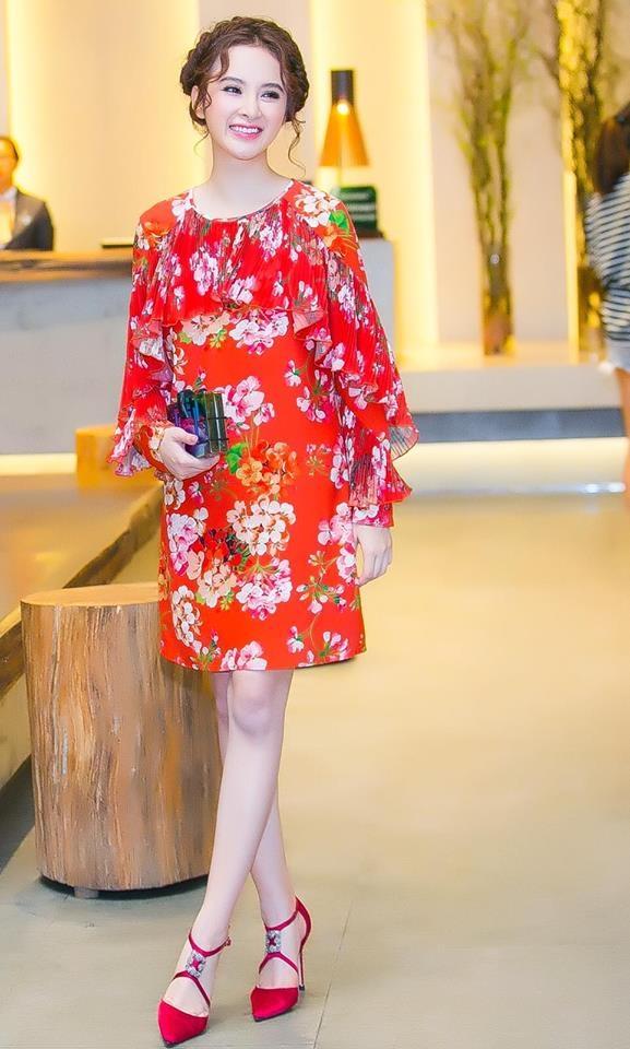 Kết hợp cùng bộ váy là clutch cầm tay, giày cao gót có màu sắc không hề kém cạnh về độ nổi bật. Bộ váy mà Angela Phương Trinh diện là một trong những thiết kế mới nhất của nhà mốt trứ danh hàng đầu thế giới Gucci.