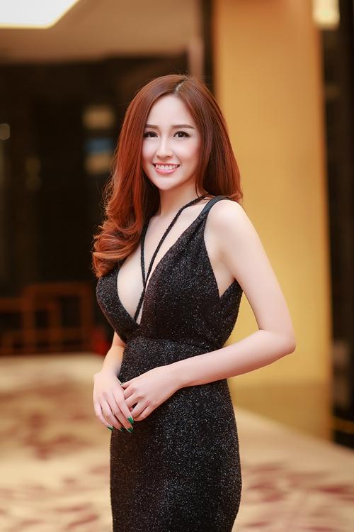 """Hoa hậu Mai Phương Thúy """"thiêu đốt"""" ánh nhìn của người đối diện khi diện bộ váy xẻ ngực sâu hun hút trên nền chất liệu ánh kim nổi bật."""