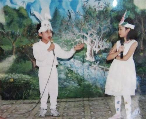 Ngay từ nhỏ, Sơn Tùng đã bộc lộ niềm say mê âm nhạc, trong hình là lúc Sơn Tùng tham gia diễn văn nghệ ở quê nhà, nam ca sĩ mặc bộ đồ trắng, đầu đội mũ thỏ vô cùng đáng yêu. - Tin sao Viet - Tin tuc sao Viet - Scandal sao Viet - Tin tuc cua Sao - Tin cua Sao