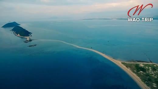 Cận cảnh hòn đảo có lối di giữa biển duy nhất ở Việt Nam