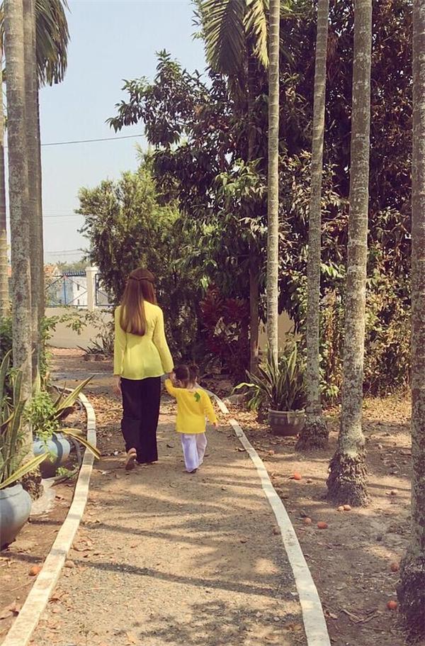 Hai mẹ con Elly Trần thường diện trang phục đồng điệu. - Tin sao Viet - Tin tuc sao Viet - Scandal sao Viet - Tin tuc cua Sao - Tin cua Sao