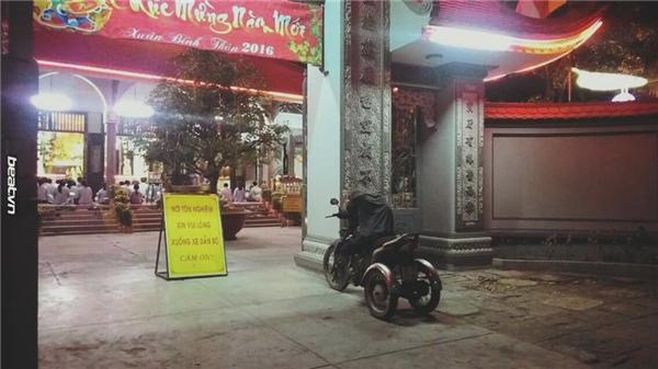 """Trước cổng chùa linh thiêng với biển báo: """"Nơi tôn nghiêm, xin vui lòng xuống xe dẫn bộ. Cảm ơn!"""", người đàn ông bị liệt hai chân không thể xuống xe, lại càng không thể dắt bộ, nênchỉ có thể khom lưng xuống bày tỏ lòng thành của mình. (Ảnh: FB Beatvn)"""