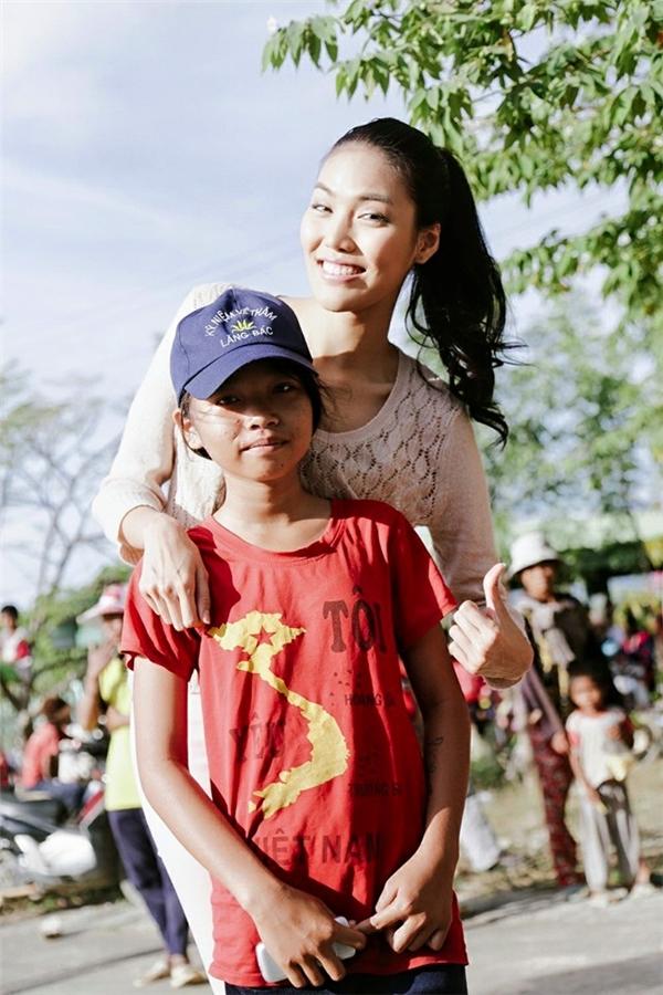 Lan Khuê tích cực tham gia các hoạt động từ thiện. - Tin sao Viet - Tin tuc sao Viet - Scandal sao Viet - Tin tuc cua Sao - Tin cua Sao