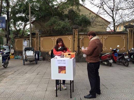 Còn đây là thùng bánh mì miễn phí ở đầu đường Nguyễn Trường Tộ. (Ảnh: Facebook)