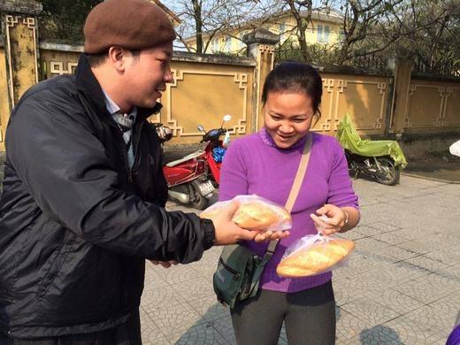 Niềm vui của một người khi nhận được bánh mì. (Ảnh: Facebook)