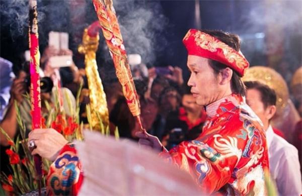 """Nghệ sĩ Hoài Linh từng chia sẻ: """"Tôi sống tâm linh và rất rành về đền, phủ. Tôi muốn xây dựng công trình này để ngày 12.8 âm lịch hằng năm anh em có nơi về cúng tổ"""". (Ảnh: Internet) - Tin sao Viet - Tin tuc sao Viet - Scandal sao Viet - Tin tuc cua Sao - Tin cua Sao"""