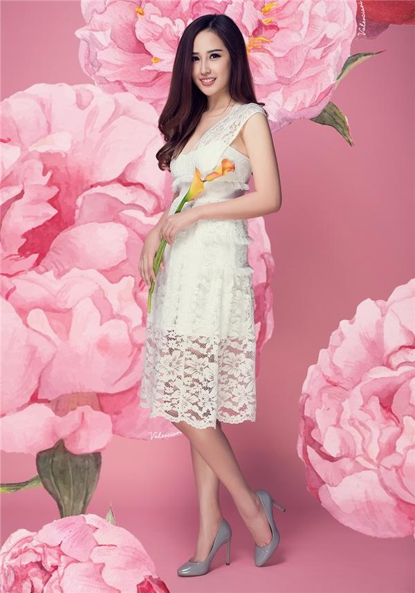"""Trong khi đó, sắc trắng lại mang đến vẻ ngoài tinh khôi, thuần khiến cho Hoa hậu Việt Nam 2006. Trong những ngày đầu năm, chất liệu ren liên tục được các nhà thiết kế lăng xê. Chất liệu này hứa hẹn sẽ """"bùng nổ"""" trong thời gian tới."""