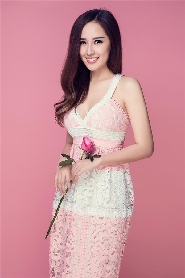 Hai tông màu hồng, trắng được chọn phối hài hòa, cân đối trên dáng váy maxi truyền thống.