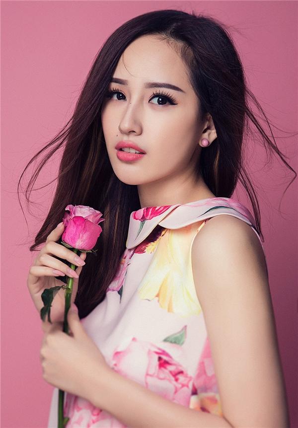 Hoa hậu Việt Nam 2006 trẻ trung, tươi mới trong dáng váy chữ A hiện đại. Họa tiết in cỡ lớn tạo nên điểm nhấn thú vị, bắt mắt.
