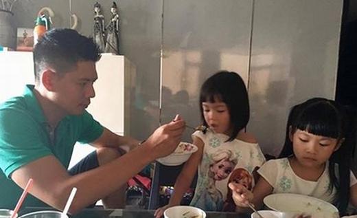 Không chỉ chăm con trong từng bữa ăn... (Ảnh: Internet) - Tin sao Viet - Tin tuc sao Viet - Scandal sao Viet - Tin tuc cua Sao - Tin cua Sao