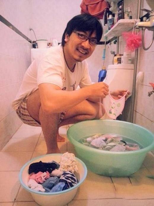 """""""Giáo sư Cù Trọng Xoay"""" cưng con gái đến mức tự tay giặt đồ cho con. (Ảnh: Internet) - Tin sao Viet - Tin tuc sao Viet - Scandal sao Viet - Tin tuc cua Sao - Tin cua Sao"""