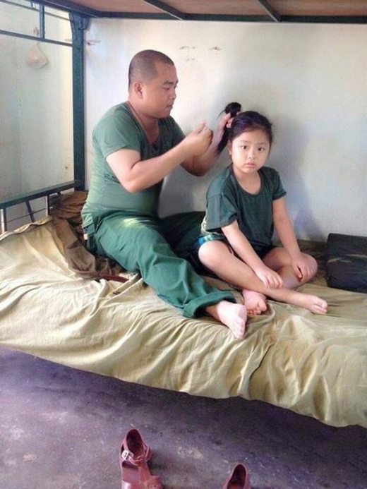 Nhạc sĩ Minh Khang cũng rất cưng con gái và có thể buộc tóc cho con rất điêu luyện. (Ảnh: Internet) - Tin sao Viet - Tin tuc sao Viet - Scandal sao Viet - Tin tuc cua Sao - Tin cua Sao