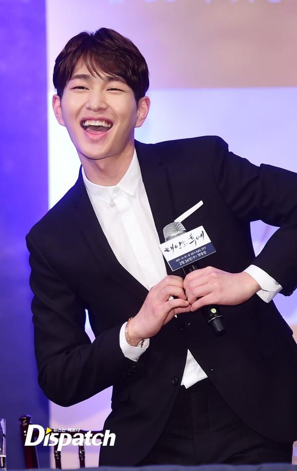 Trưởng nhóm SHINee, Onew nhí nhảnh mang đến tiếng cười cho buổi họp báo
