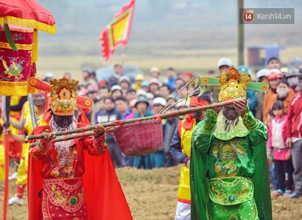 Tích trò sỹ nông công thương và biểu diễn võ thuật diễn ra trên suốt quãng đường từ đình làng Mỏ về miếu Xa Vùn, nơi thờ đức thánh Cao Sơn Quý Minh.
