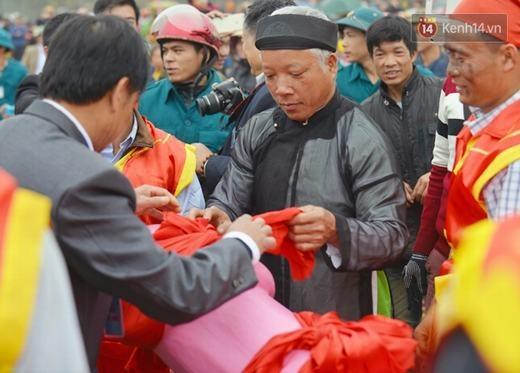 """Ông Hoàng Văn Páo, Ban tổ chức lễ hội năm nay cho biết: """"Đây là phần rước được phục dựng từ năm 2013, để chuẩn bị cho lễ hội gần 400 hộ dân trong xã đã phải chuẩn bị từ tháng 11 âm""""."""