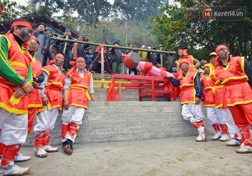 Phần lễ rước trong hội Ná Nhèm kết thúc vào buổi trưa 22/2, phần hội tiếp tục diễn ra với các trò chơi dân gian, các điệu múa và nghệ thuật dân tộc độc đáo của đồng bào dân tộc nơi đây.
