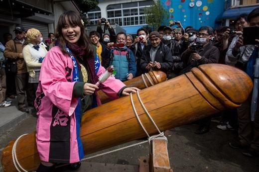 Người dân và khách du lịch rất thích thú. Các cô gái trẻ thì tranh thủ sờ vào linh vật để cầu may.