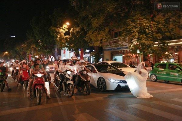 Các cặp đôi bất chấp nguy hiểm... lao ra giữa đường để chụp ảnh cưới
