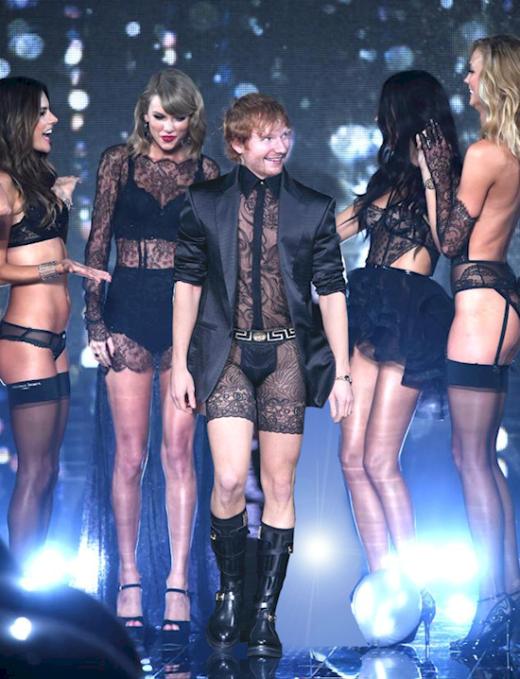 """Anh chàngEd Sheeran đã ăn mặc """"tông xuyệt tông"""" với các cô gái rồi đấy! (Ảnh: Internet)"""