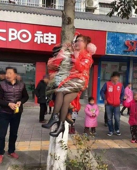 Bố mẹ chú rể cũng bị trói chặt trên cây