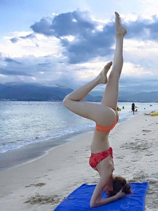 """Tư thế """"trồng chuối"""" vốn cực kỳ khó và chỉ những người tập lâu năm mới thực hiện được. Hồ Ngọc Hà đã khiến nhiều fan không thể rời mắt trước những đường cong gợi cảm khi thực hiện tư thế này ngoài bãi biển. (Ảnh: Internet) - Tin sao Viet - Tin tuc sao Viet - Scandal sao Viet - Tin tuc cua Sao - Tin cua Sao"""